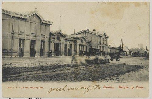 Bergen op Zoom: Stationsplein. Het plein ligt aan het NS-station in het Centrum. Briefkaart met het stationsgebouw. Gebouwd in 1869 en gesloopt in 1970.