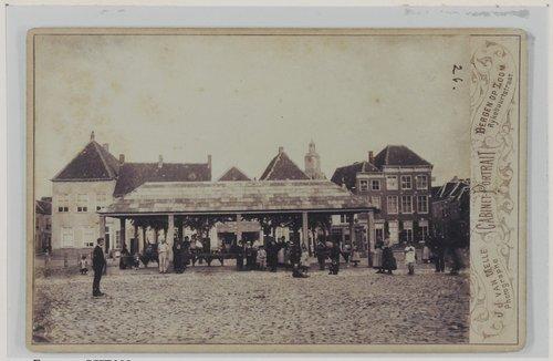 Bergen op Zoom: Sint-Catharinaplein (Vischmarkt); gezien naar het zuiden met o.a. de voormalige visafslag.