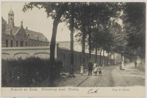 Bergen op Zoom: Halsterseweg; links het voormalige Karmelietessenklooster, gezien in noordwestelijke richting