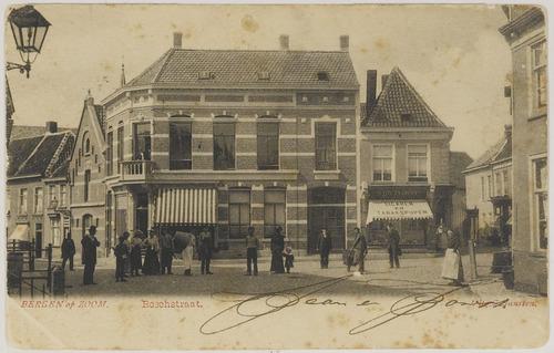 Bergen op Zoom: Bosstraat 12-14; samen De Mortier, vanaf 1610 Het Hof van Holland, gezien vanaf 'de Vlasmarkt' in noordelijke richting. Op nummer 12 tabakswinkel van S. Dietvorst.