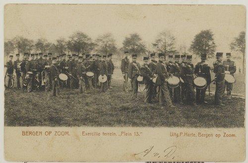 Bergen op Zoom: Plein 13; de muziek van het 3e Regiment Infanterie verzameld op het militaire oefenterrein Plein 13, het voormalige Glacis.