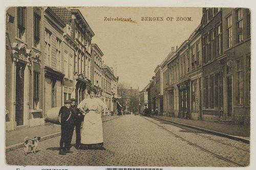 Bergen op Zoom: Zuivelstraat; gezien richting Zuivelplein met erachter het Militair Hospitaal.