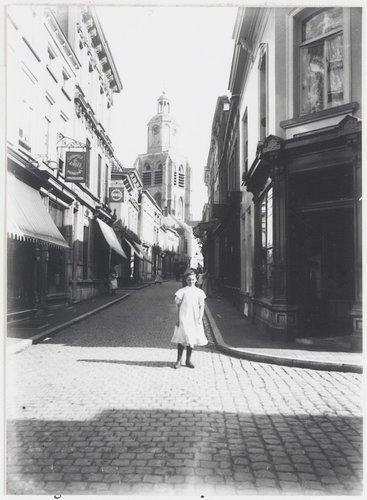 Kremerstraat; gezien richting St. Gertrudiskerk op de Grote Markt. Vooraan rechts Kortemeestraat.