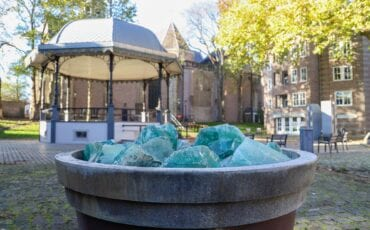 kios stenen tuin thalia thaliaplein achter de peperbus sinter gertrudiskerk kunst kunstwerk bak glas brokken geroest roest bakken