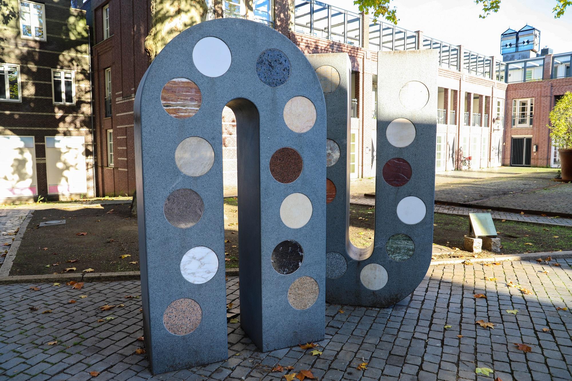 letters nu bergen op zoom kios stenen tuin thalia thaliaplein achter de peperbus sinter gertrudiskerk kunst kunstwerk nu