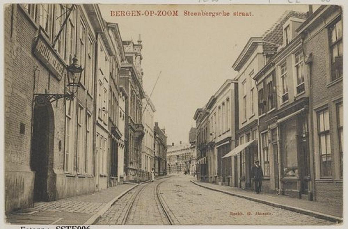 Bergen op Zoom: Steenbergsestraat; gezien vanaf het Beursplein richting Noordsingel. Links Hotel De Prins van Luik, Steenbergsestraat 19, waar vanaf 1907 Th. Simons een hotel, stalhouderij en begrafenisonderneming had.