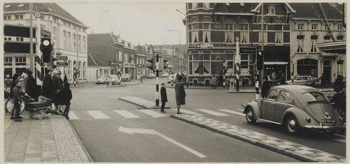 Bergen op Zoom: De straat verbindt het NS-station met het Centrum. Opname met uitzicht op het zopas ingebruik genomen zebrapad tegenover de vestiging van Vroom & Dreesmann.