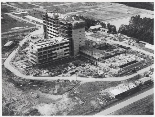 Bergen op Zoom: Boerhaaveplein 1; ziekenhuis Lievensberg gezien tijdens de bouw in noordwestelijke richting.