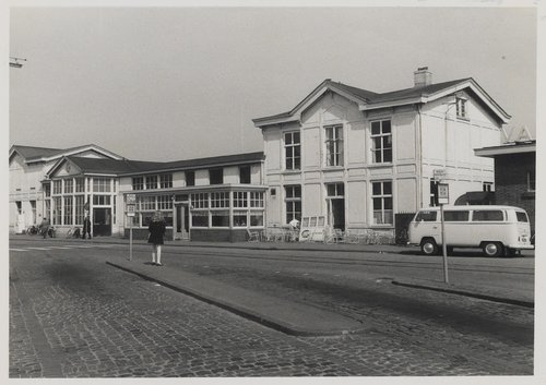 Bergen op Zoom: Stationsplein. Het plein ligt aan het NS-station in het Centrum. Opname van het stationsgebouw. Gebouwd in 1869 en gesloopt in 1970.
