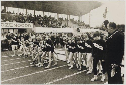 Bergen op Zoom: Beukenlaan; sportpark Rozenoord. Burgemeester Louis van de Laar (1965-1981) bij de opening van de vernieuwde atletiekbaan.