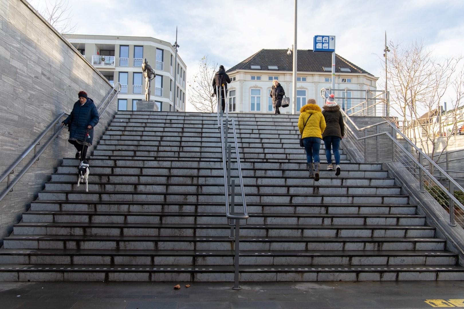 weer januari Bergen op Zoom mondkapje Station stationsstraat perron tunnel trap trapje