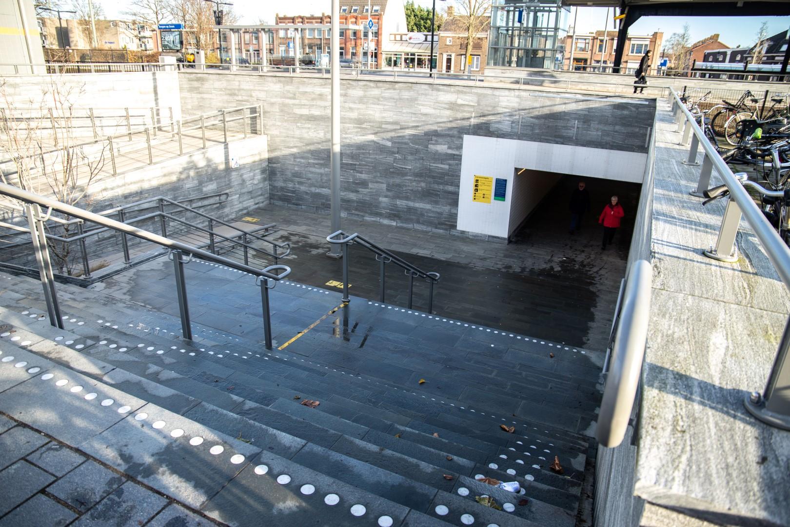 Bergen op Zoom mondkapje Station stationsstraat perron tunnel trap trapje
