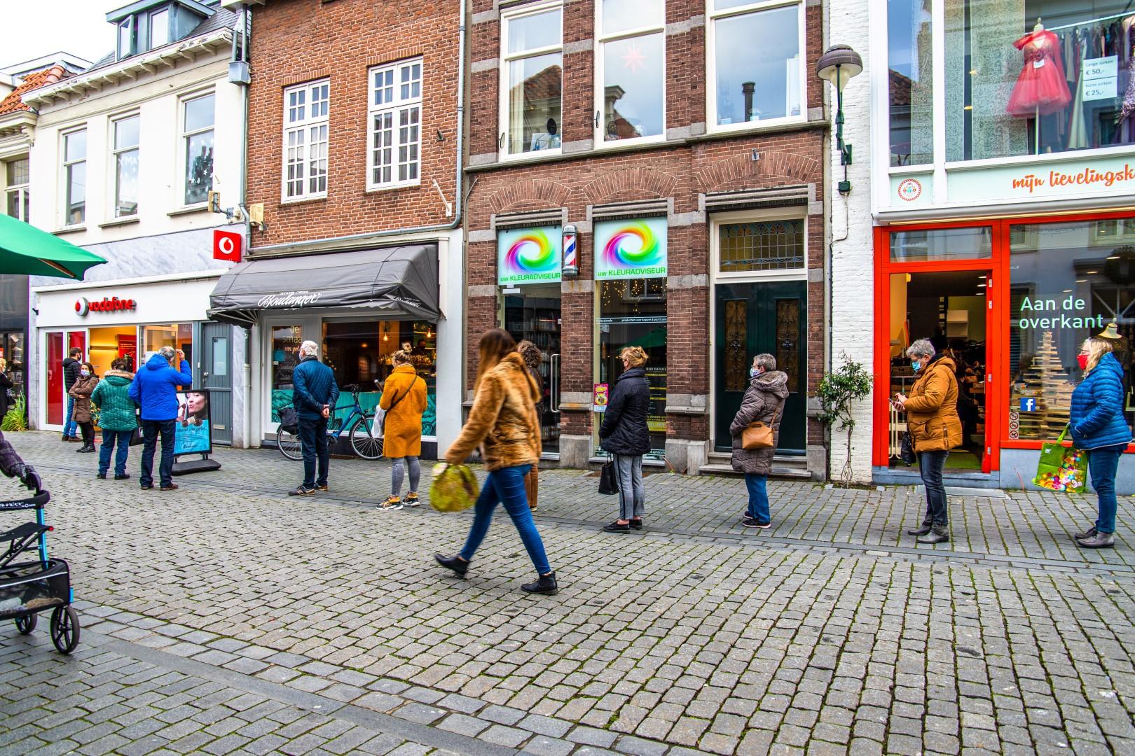 drukte binnenstad rijen winkelen