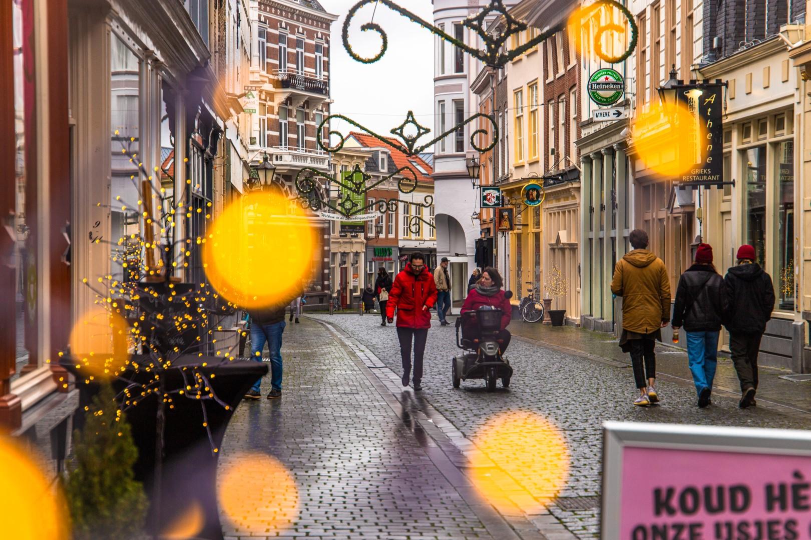 Kerst 2020 Bergen op Zoom weer fortuinstraat winkelen winkelende mensen drukte shoppen winkelstraat december winter