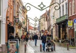 Hoe dan?! Bergen op Zoom kreeg 5 inwoners erbij in 2020 Bergenaren jarig fortuinstraat winkelen winkelende mensen drukte shoppen winkelstraat december winter