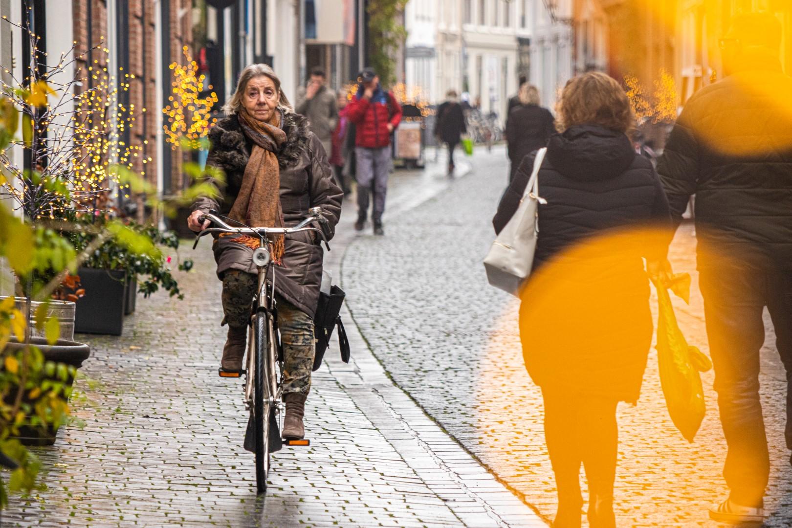fietsen vierkantje winkelen winkelende mensen drukte shoppen winkelstraat december winter
