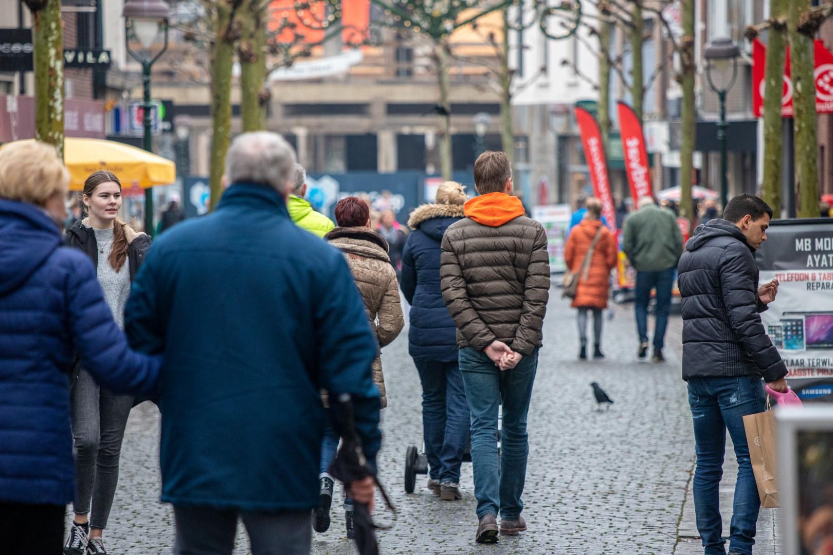 aanbiedingen bergen op zoom sint josephstraat winkelen winkelende mensen drukte shoppen winkelstraat december winter