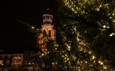 inzamelpunten kerstboom bergen op zoom kerstboom bergen op zoom peperbus klok kerk kerkklok kerst kerstmis kerstversiering grote markt donker nacht avond
