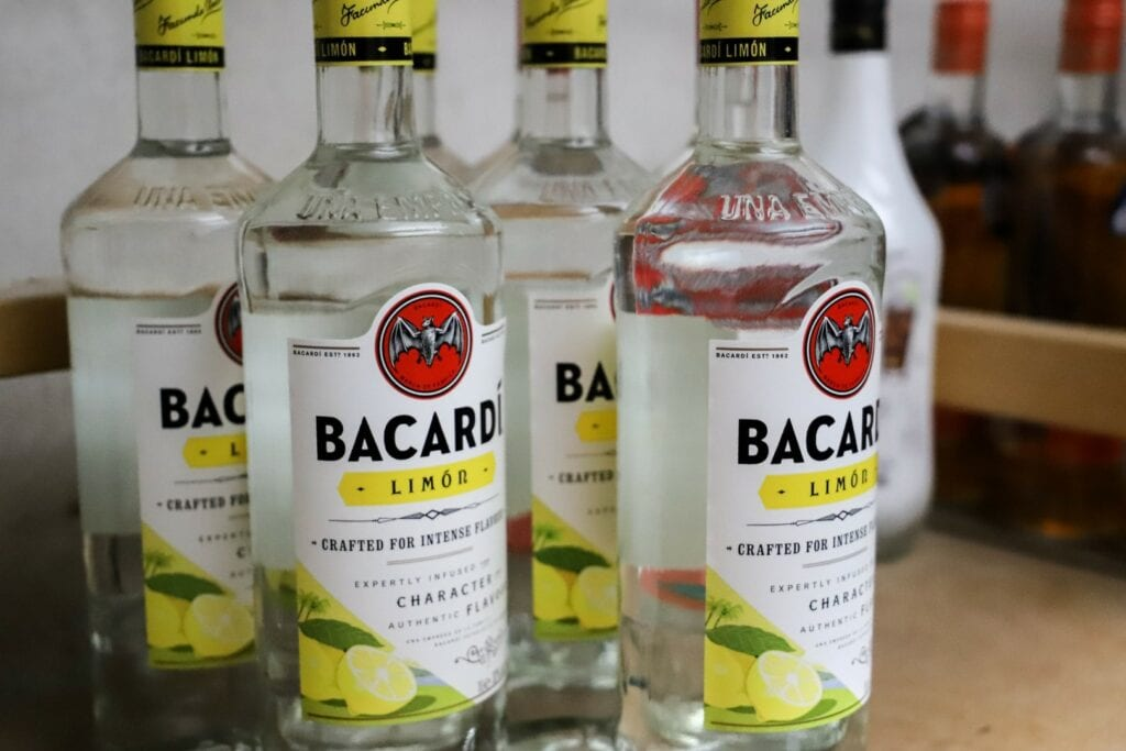 cafe café geen flauw idee gfi markt uitgaan discotheek flessen drank alcohol voorraad bacardi