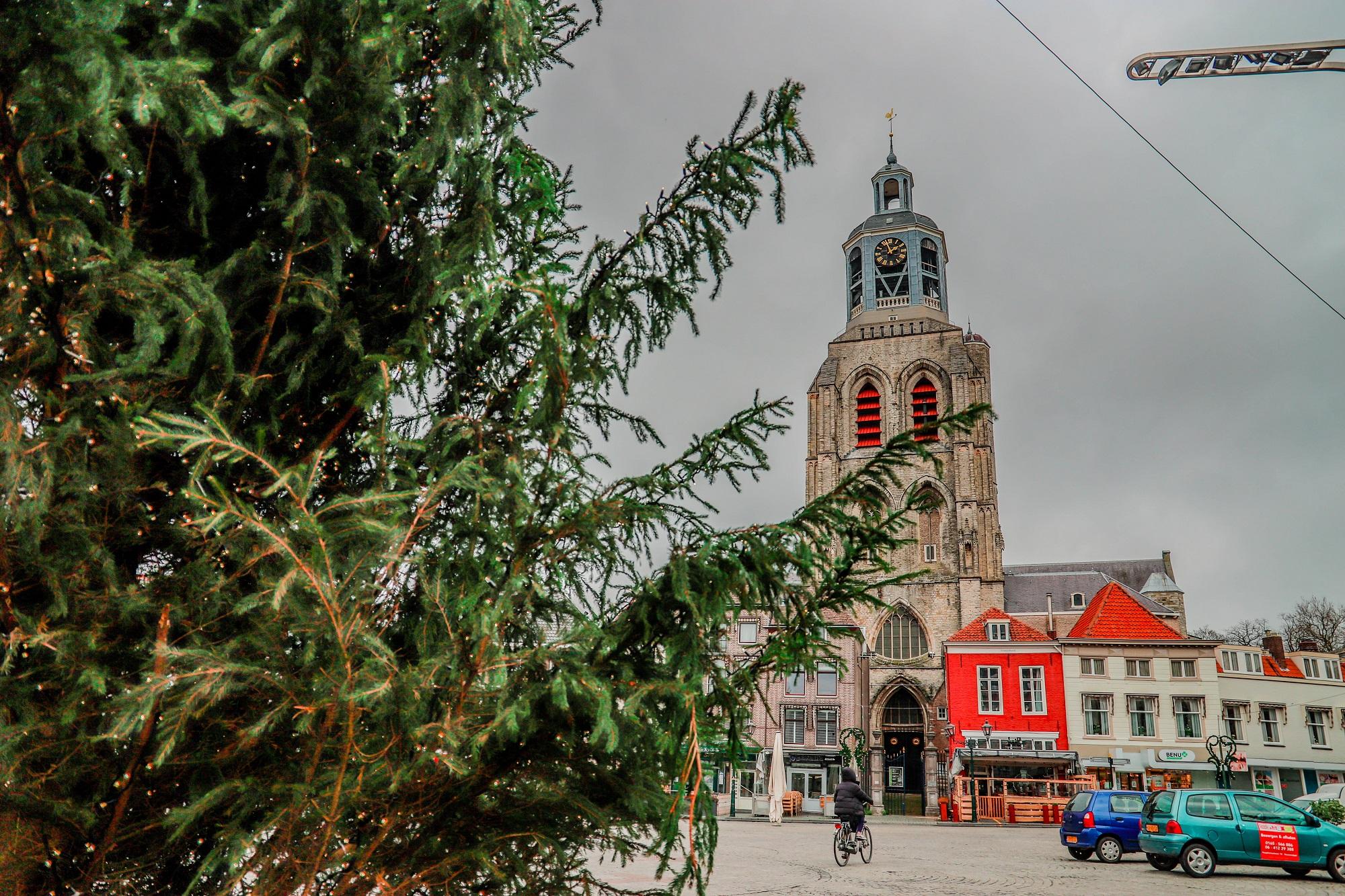 kerstboom bergen op zoom peperbus klok kerk kerkklok kerst kerstmis kerstversiering grote markt