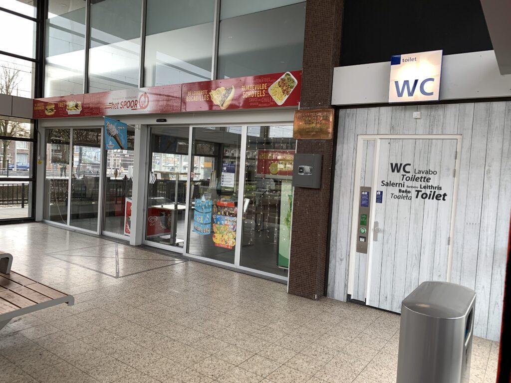 ns station trein cafetaria het spoort friet friettent treinstation wc toilet toiletten wc's perron nederlandse spoorwegen bergen op zoom