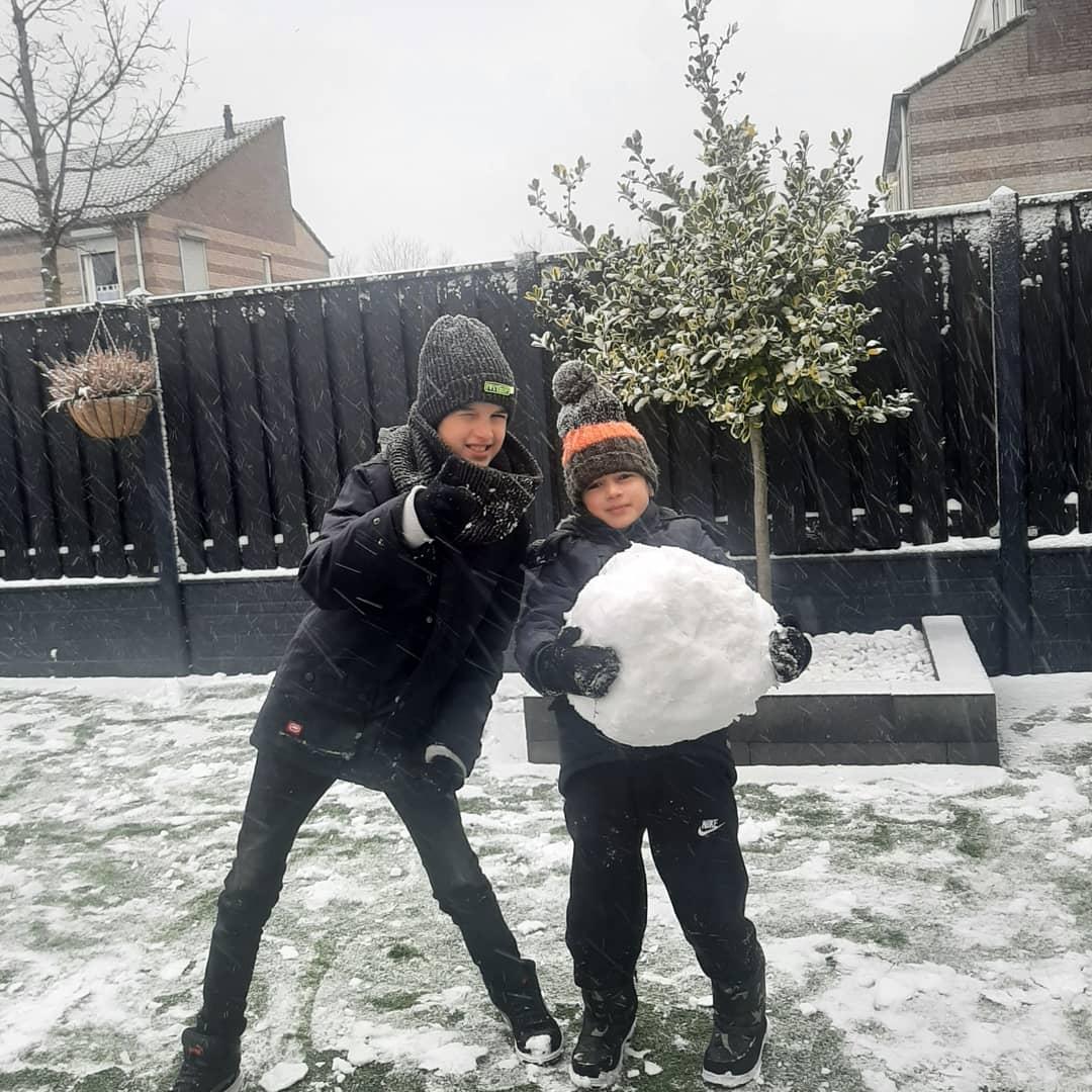 sneeuw sneeuwen winter koud slee sneeuwbal