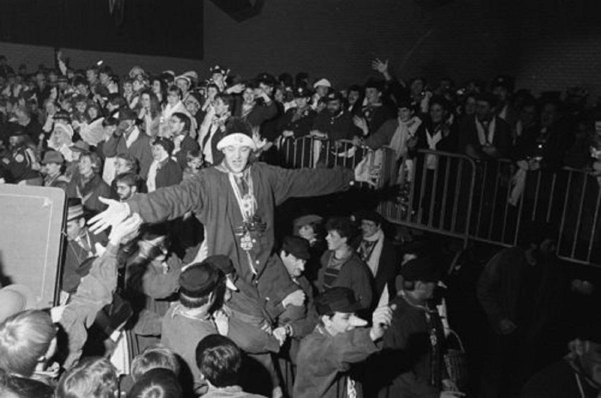Bergen op Zoom: De Stoelenmat: De nieuwe prins carnaval Manus 1 gaf tijdens het Neuzenbal het startsein voor het carnaval