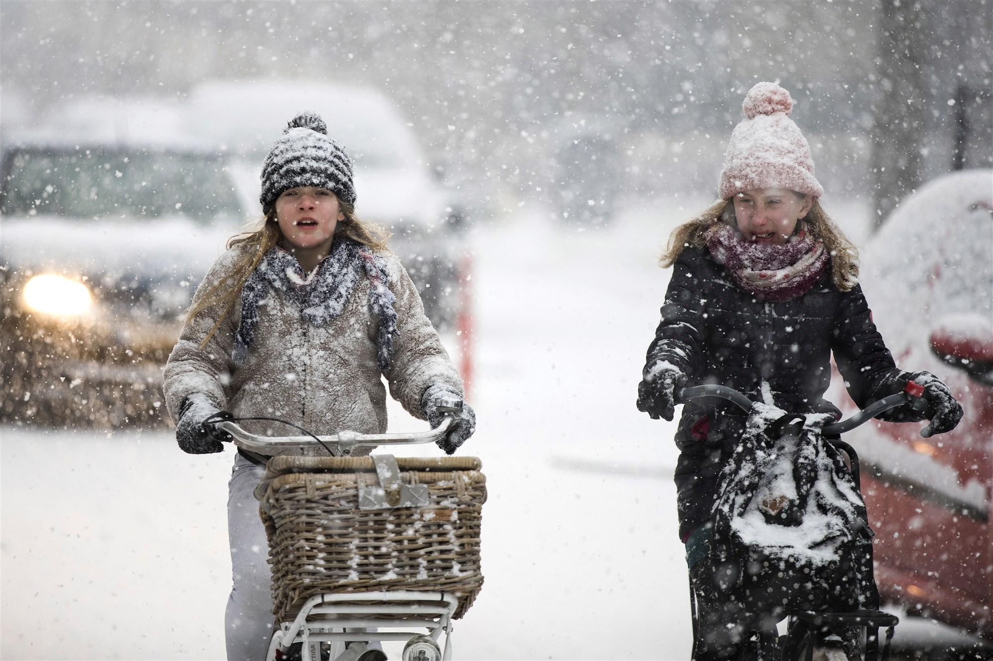HEERLEN - Een fietser baant door een pak sneeuw. ANP MARCEL VAN HOORN