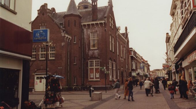 Bergen op Zoom: Zuivelstraat 22; aan het Zuivelplein, gezien naar de Grote Markt bergen op zoom jaren 90