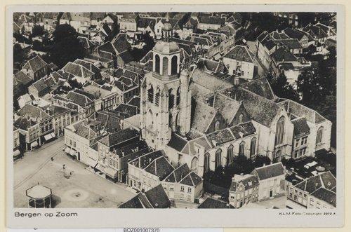 Bergen op Zoom peperbus grote markt : Luchtopname gezien naar het noord-oosten. Centraal de Grote Markt met links het Stadhuis, rechts de St. Gertrudiskerk en de muziektempel op het marktplein. 1938