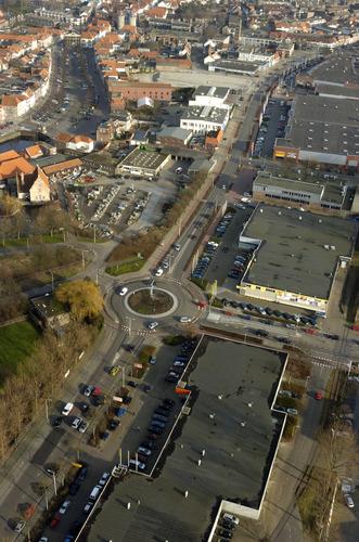 Bergen op Zoom: Luchtopname woonboulevard Van Konijnenburgweg, rotonde Markiezaatsweg, gezien richting Westersingel. Linksonder Wittoucksingel, Oude Vissershaven, Wagenpleintje. Linksboven Noordzijde Haven, Zuidzijde Haven 2007