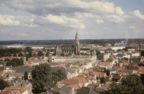 V&D Bergen op Zoom: Panorama richting Roosendaal met op de voorgrond het voormalig militair hospitaal en centraal de luchtfoto's Bergen op Zoom Wouwsestraat, Stationsstraat met Vroom en Dreesmann. Midden de later afgebroken St. Josephkerk 1970