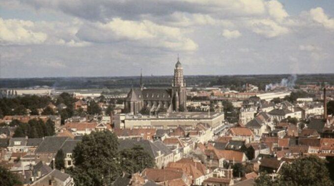 V&D Bergen op Zoom: Panorama richting Roosendaal met op de voorgrond het voormalig militair hospitaal en centraal de Wouwsestraat, Stationsstraat met Vroom en Dreesmann. Midden de later afgebroken St. Josephkerk 1970