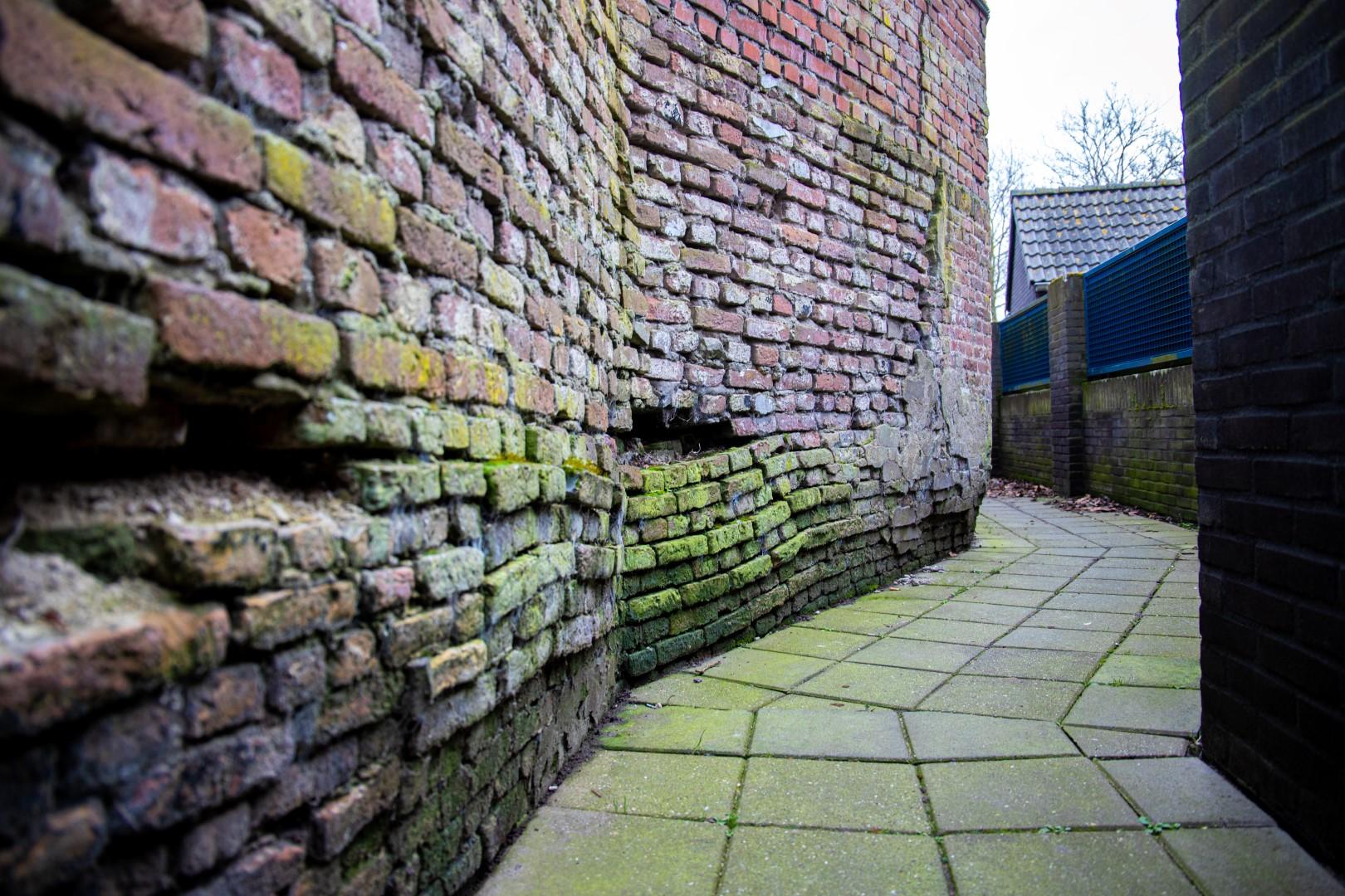 watermolenpad zuidzijde haven aan de zoutketen steeg steegje raad de straat vervallen stenen bakstenen ingezakt