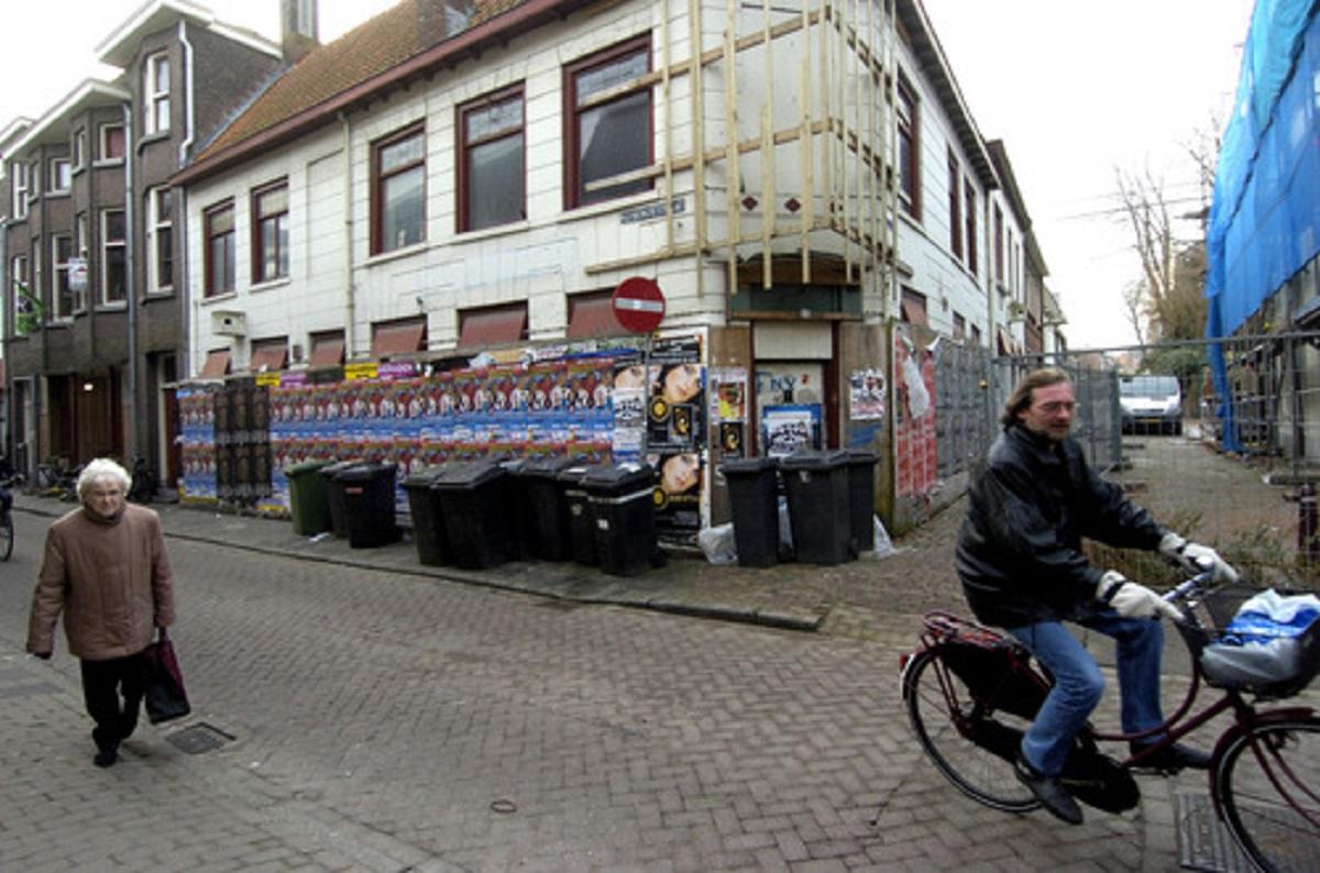 Bergen op Zoom: Leegstaand pand Huijbergsestraat, hoek Schoolstraat de voormalige VIP's en de ToJo bar