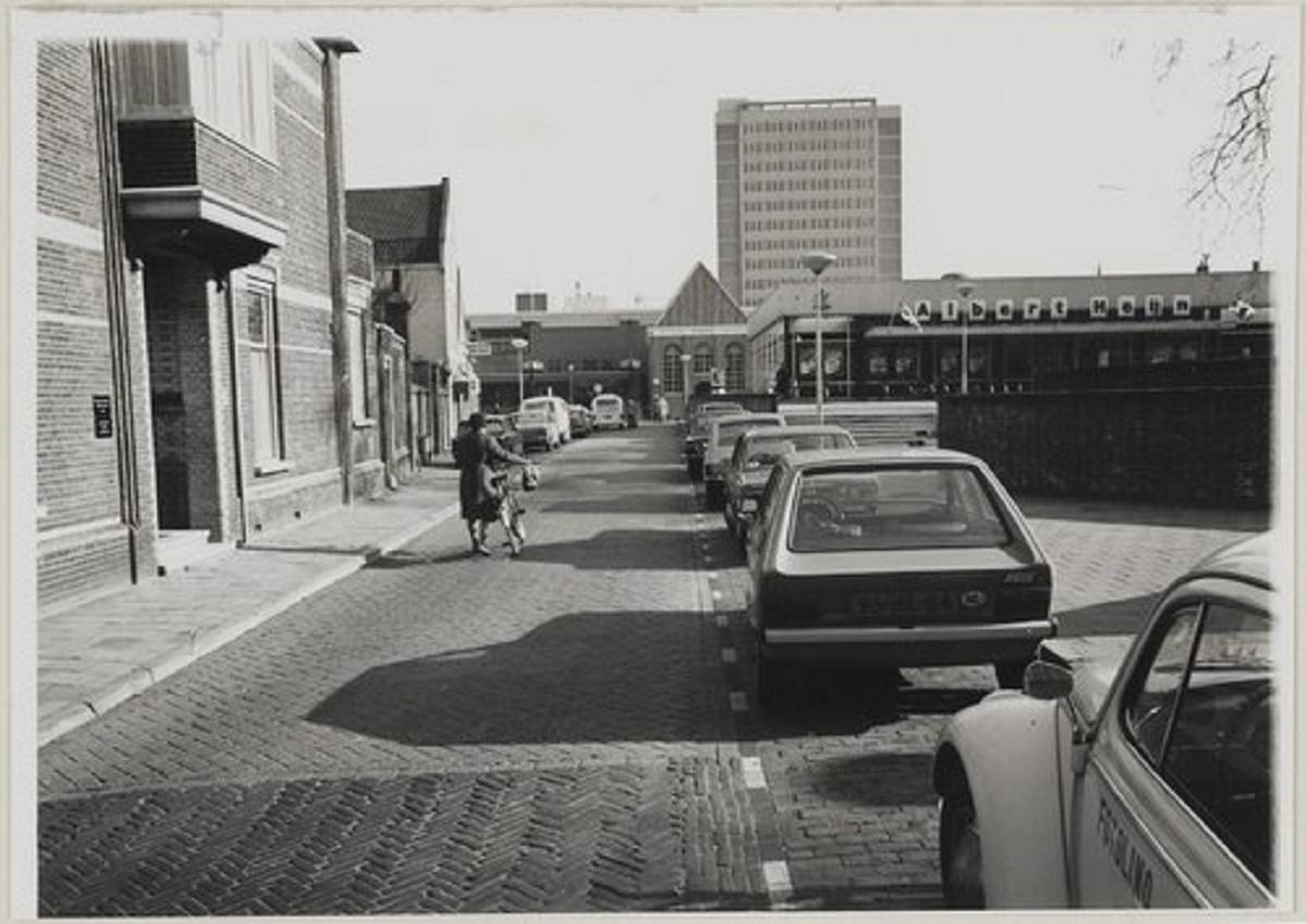 Bergen op Zoom: Lombardenstraat (voorheen Parade); de Albert Heijn, Hema en erachter de Lucernaflat.