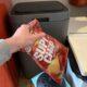 chipszak weggooien chips afval afvalzak scheiden prullenbak afvalbak weggooien troep
