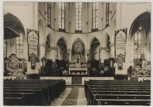 Bergen op Zoom: Bredasestraat; interieur R.K. St. Josephkerk (1913 - 1972), gezien in noordelijke richting met zicht op het rijk versierde hoofdaltaar in verband met het zilveren priesterjubileum van (bouwpastoor) Pastoor J. Jooren.