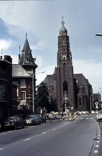 Bergen op Zoom: Wassenaarstraat, gezien naar Sint-Josephplein met de St. Josephkerk, vooraanzicht