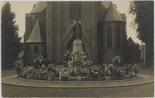 Bergen op Zoom: Bredasestraat; het beeld van het H. Hart van Jezus vòòr de R.K. St. Josephkerk, gezien in noordelijke richting.