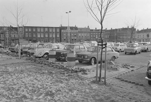 Bergen op Zoom: Bestrating Joorenplein als parkeerterrein aan de Asselbergsstraat- Williamstraat - Bredasestraat, voor de Sint-Josephkerk