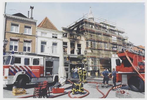 Bergen op Zoom brand: Grote Markt 27-30; westzijde, kort na de brand bij restaurant Indrapoera in de nacht 15/16 juni 2005. Het pand rechts nog in de steigers van de juist voltooide restauratie.