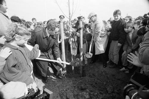 basisschoolkinderen boomplantdag bomen struiken 1986