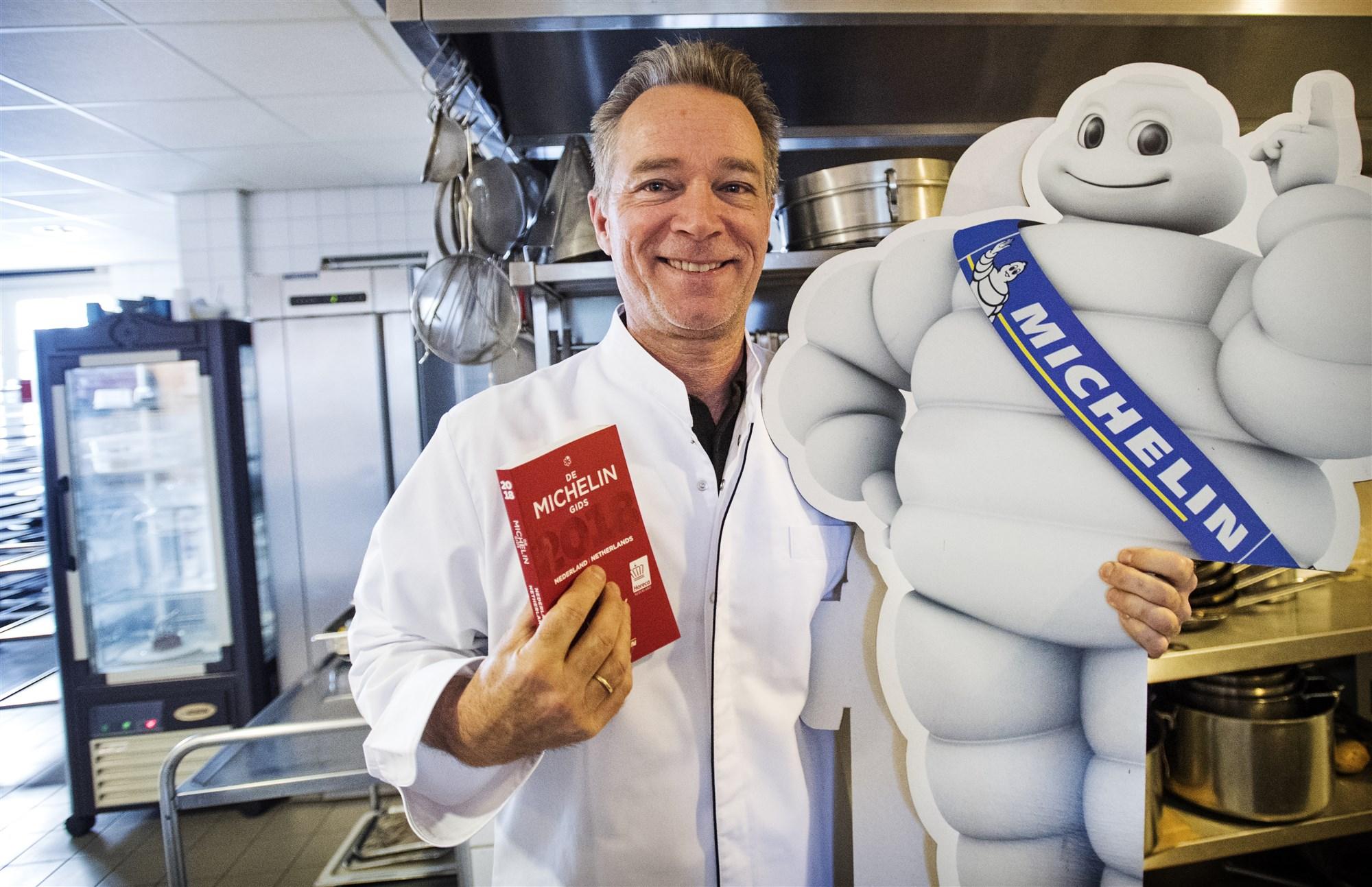 Oude foto van chefkok Jannis Brevet met de Michelingids 2018 in restaurant Inter Scaldes te Kruiningen bergen op zoom michelinsterren
