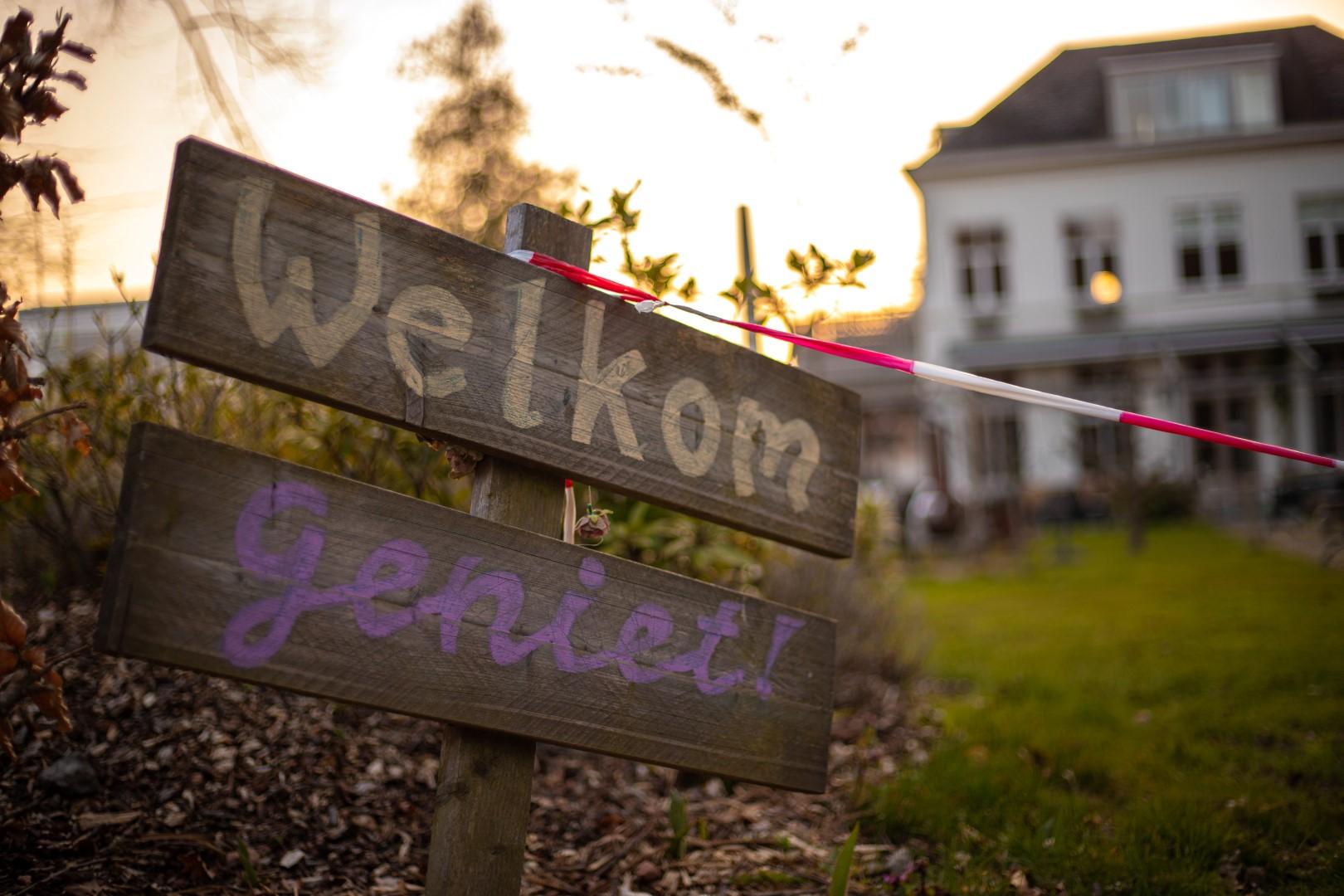 landgoed lievensberg zonsondergang zon golden hour goude uur welkom geniet take away boutique hotel villa heidetuin