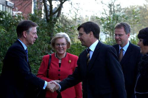 balkenende ger bemer nedalco bezoek premier spiritusfabriek 2006