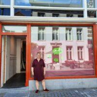 Daniëlle Bakx bij haar winkel Van Katoen
