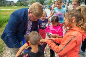 Opening park belvedere biodiversiteit bloemen natuur gras kinderen Wethouder Patrick van der Velden