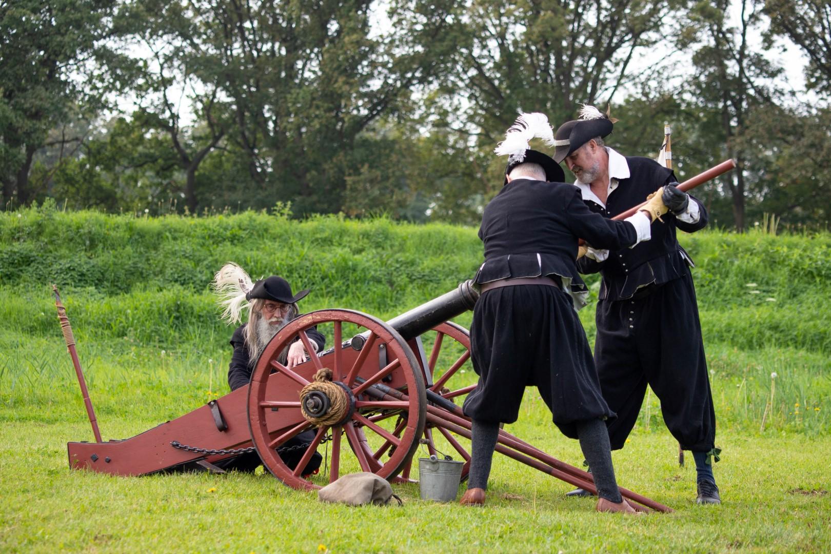 de borgerij demonstratie open monumentendag klederdracht kleding kanon LARP vroeger fort de roovere waterlinie