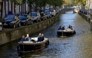 Bootjes varen door de grachten van Delft